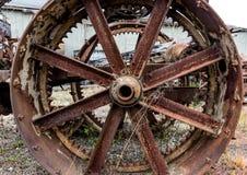 Weinleseantike Automobiltraktor-Stahlfelgespeichen bedeckt im Rost und in der Oxidation stockfotos