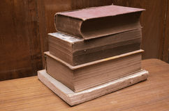 Weinleseart der alten Bücher auf dem Tisch Lizenzfreies Stockfoto