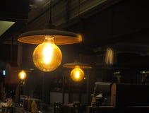 Weinleseart-Glühlampen glänzen in der Stange lizenzfreies stockbild
