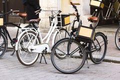 Weinleseart-Stadtfahrrad auf der Straße, gesundes Lebensstilkonzept Stockbild