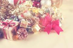 Weinleseart Weihnachtshintergrund mit Geschenkbox und Dekorationen Stockfotografie