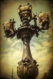 Weinleseartbild einer alten Straßenlaterne in Paris, Frankreich Lizenzfreie Stockbilder