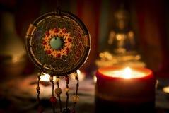 Weinleseartbild von dreamcatcher und Kerze beleuchten mit unscharfer Buddha-Statue auf dem Hintergrund lizenzfreie stockfotografie
