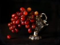 Weinleseartbild von roten Trauben in einer antiken Schüssel Stockbild