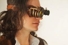 Weinleseartforscher mechanisch vom Monokel mit vielen Linsen, die etwas betrachten lizenzfreies stockbild