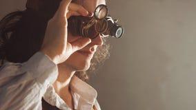 Weinleseartforscher mechanisch vom Monokel mit vielen Linsen, die etwas betrachten lizenzfreie stockfotografie