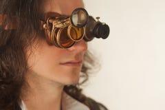 Weinleseartforscher mechanisch vom Monokel mit vielen Linsen, die etwas betrachten lizenzfreies stockfoto