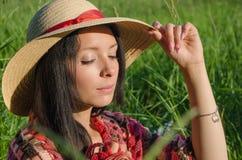 Weinleseartfoto eines jungen entspannenden Mädchens lizenzfreies stockfoto