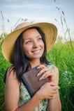 Weinleseartfoto eines jungen Mädchens, das ein Buch hält Stockbilder