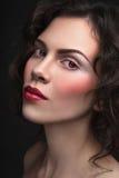 Weinleseartporträt des jungen schönen Mädchens mit stilvollem machen Stockbild