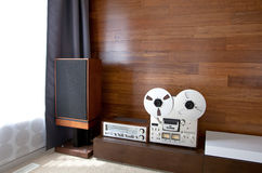 Weinleseaudiosystem im minimalistic modernen Innenraum Lizenzfreies Stockfoto