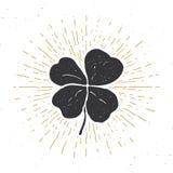 Weinleseaufkleber, der Hand gezeichnete glückliche Klee mit vier Blättern, glückliche Heiliges Patricks-Tagesgrußkarte, Schmutz m stock abbildung