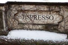 Weinleseaufschrift auf caffe Eingang lizenzfreie stockfotos
