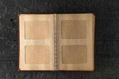 Weinleseausgangsfotoalbum offen auf dunklem Holztisch Das Thema von Familienwerten Die Ansicht von der Oberseite stockfoto
