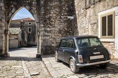 Weinleseauto in der alten Stadt stockfotografie