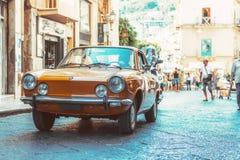 Weinleseauto in der Straße Lizenzfreie Stockfotografie
