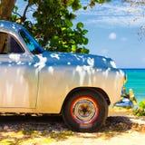Weinleseauto an einem Strand in Kuba lizenzfreie stockfotografie