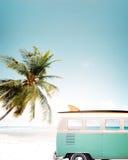 Weinleseauto geparkt auf dem tropischen Strand stockfotos