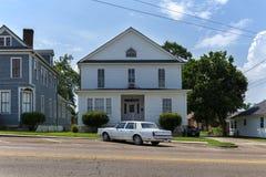 Weinleseauto parkerd vor einem hölzernen Haus in der Stadt von Vicksburg, Mississippi, USA Lizenzfreies Stockbild
