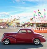 Weinleseauto und -karneval Lizenzfreie Stockfotografie