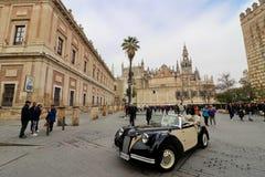 Weinleseauto vor der Kathedrale in Sevilla Lizenzfreie Stockbilder