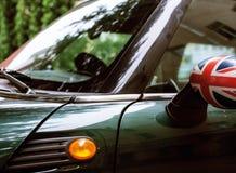 Weinleseautodetail, Konzept des britischen Patriotismus gezeigt als Flagge auf Spiegel, B?ume in der Reflexionswindschutzscheibe, lizenzfreies stockbild