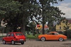 Weinleseautos Fiat 126 und Volkswagen parkten Stockbild