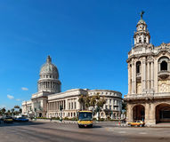 Weinleseautos nahe dem Kapitol, Havana, Kuba Stockfotografie
