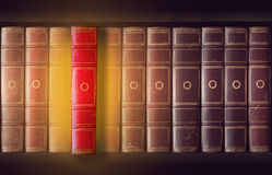 Weinlesebücher im Bücherschrank Stockbilder
