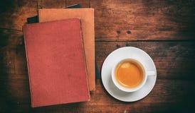 Weinlesebücher und ein Tasse Kaffee auf hölzernem Hintergrund Lizenzfreie Stockfotografie