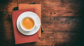 Weinlesebücher und ein Tasse Kaffee auf hölzernem Hintergrund Lizenzfreie Stockfotos