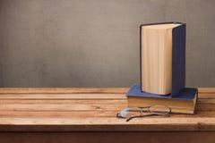 Weinlesebücher und -gläser auf Holztisch über rustikalem Hintergrund getrennte alte Bücher Stockbilder