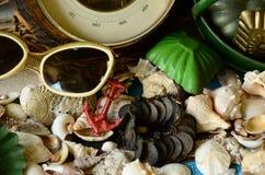 Weinlesebarometer, Baumschleppnetz, Sonnenbrille und Retro- Strandspielwaren Abstrakte natürliche Hintergründe mit alter Pappbesc Stockbilder