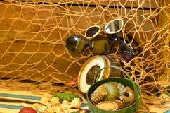 Weinlesebarometer, Baumschleppnetz, Sonnenbrille und Retro- Strandspielwaren Abstrakte natürliche Hintergründe mit alter Pappbesc Lizenzfreie Stockfotos