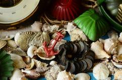 Weinlesebarometer, Baumschleppnetz und Retro- Strandspielwaren Abstrakte natürliche Hintergründe mit alter Pappbeschaffenheit Stockbild