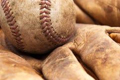 Weinlesebaseball und -handschuh Lizenzfreie Stockbilder