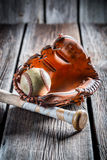 WeinleseBaseballhandschuh und alter Ball Stockfotos