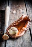 WeinleseBaseballhandschuh und Kugel Stockbild