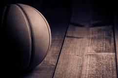 Weinlesebasketball auf Hartholz lizenzfreie stockfotos