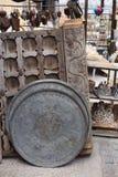 Weinlesebehälter und -Holztür stockbild