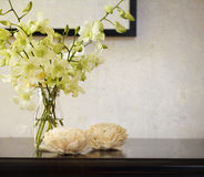 Weinlesebeschaffenheitshintergrund mit Orchideen im Vase Stockbilder