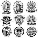 Weinlesebiergetränkbar-Vektoraufkleber Retro- Brauereiembleme und -logos mit Hopfen und Becher vektor abbildung