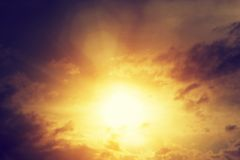 Weinlesebild des Sonnenunterganghimmels mit dunklen drastischen Wolken Hintergrund Lizenzfreie Stockfotos