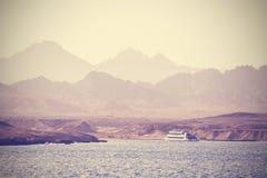 Weinlesebild eines Bootes auf dem Meer Lizenzfreie Stockfotos