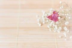 Weinlesebild, netter weicher Hintergrund, kleine Blumen Stockbild