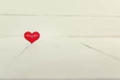 Weinleseblick einer einzelnen Herzform auf weißem hölzernem Hintergrund Lizenzfreie Stockbilder