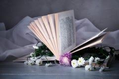 Weinlesebuch mit Blumenstrauß von Blumen nach innen nostalgischer romantischer Weinlesehintergrund stockfotografie