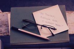 Weinlesebuch mit Gläsern und einem Zitat Stockfotografie