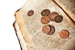 Weinlesebuch mit Kupfermünzen Lizenzfreie Stockfotografie