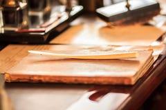 Weinlesebuch und Papiermesser vom Elfenbein Stockfotografie